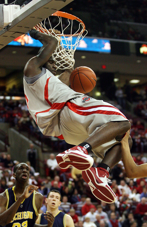 . Ohio State\'s Greg Oden dunks the ball as  Michigan\'s Ekpe Udoh, left, and Reed Baker look on during the first half of a basketball game Tuesday, Feb 6, 2007, in Columbus, Ohio. Ohio State won 76-63. (AP Photo/Terry Gilliam)