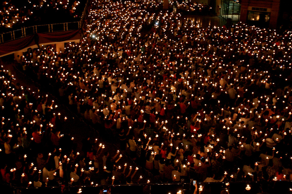 . epa04000652 Thousands of Indonesian Christians hold candles during a night prayer on Christmas eve at Bethany church in Surabaya, Indonesia, on 24 December 2013. About 87,000 police officers will be deployed to secure Christmas and New Year celebrations accross the country, local media stated.  EPA/FULLY HANDOKO