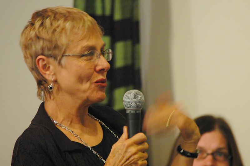 An ELCA member asks Bishop Hanson a question.