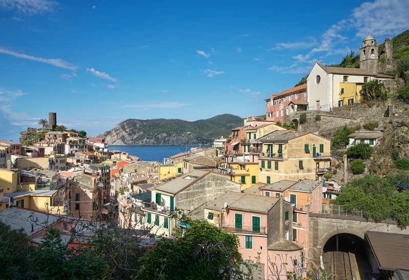 vernazza-panorama-train-tracks-station-castle-church.jpg
