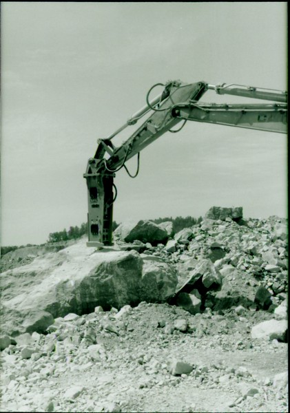NPK E216 hydraulic hammer on Cat Excavator at Marblehead 6-4-98 (13).JPG