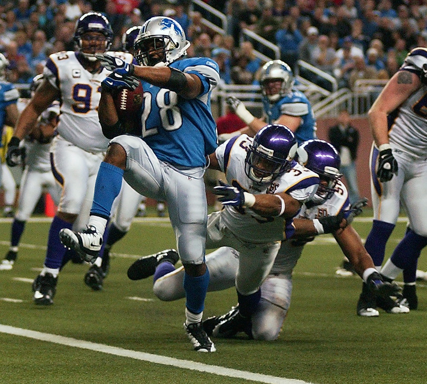 . Detroit Lions running back Maurice Morris high steps into the endzone for a touchdown against the Minnesota Vikings cornerback Frank Walker during fourth quarter action.  The Lions beat the Vikings, 20-13.  Photo taken on Sunday, January 2, 2010, in a game played at Ford Field in Detroit, Mich.  (The Oakland Press/Jose Juarez)