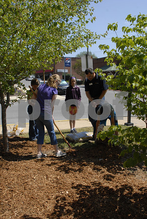 4-H Club Members Spread Mulch at Unicoi County Courthouse - May 2014