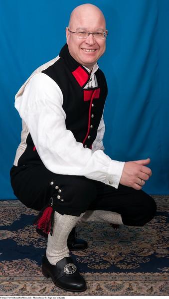 Mannsbunad fra Sogn med kvit jakke