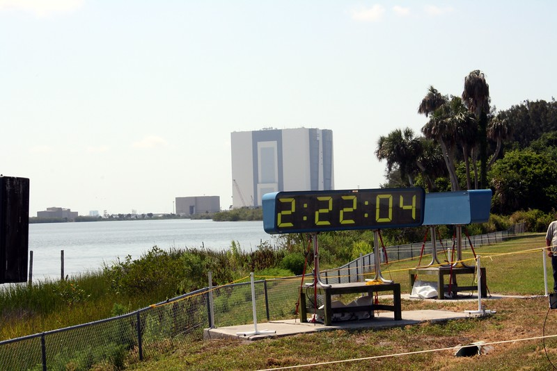 The countdown clock shows T minus 2 hours, 22 minutes, and 4 seconds to liftoff, with the Vehicle Assembly Building (VAB) in the background