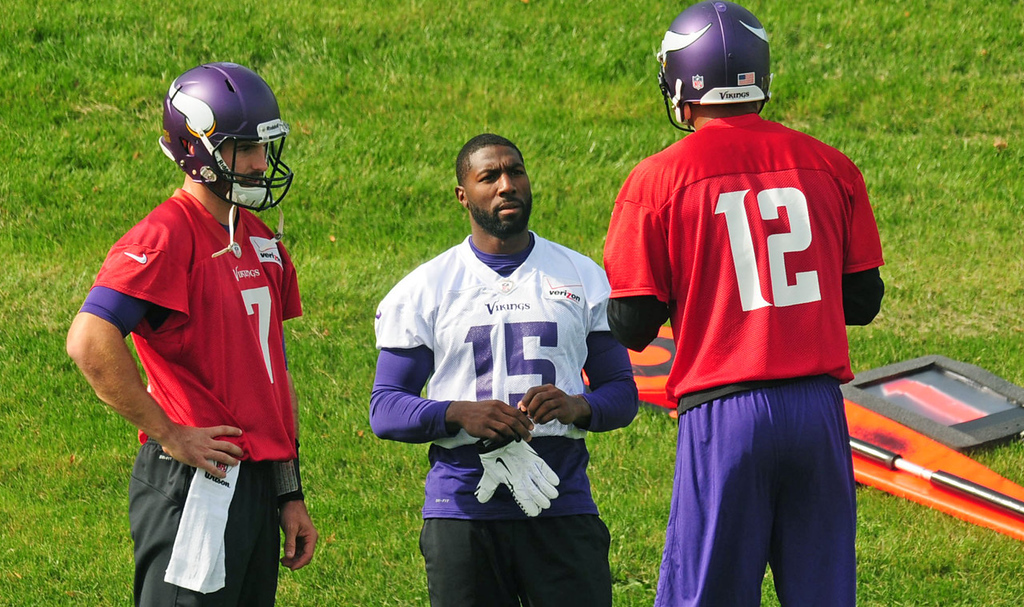 . Vikings wide receiver Greg Jennings, center, chats with quarterbacks Christian Ponder, left and Josh Freeman talk during practice.  (Pioneer Press: Scott Takushi)