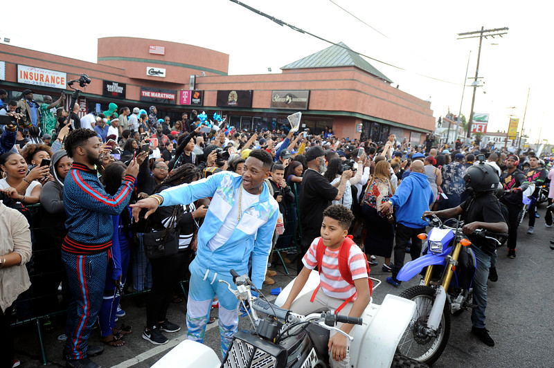 THE COMMUNITY AWAITS THE ARRIVAL FOR NIPSEY HUSSLE AT THE CORNER OF SLAUSON & CRENSHAW. MOST WERE THERE FOR A MINIMUM OF 14 HOURS.   PHOTOGRAPHER VALERIE GOODLOE