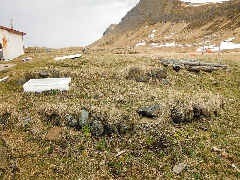Hér stóð pakkhúsið - skemma sem Stígur Stígsson byggði og var fyrsta timburhúsið á Horni.