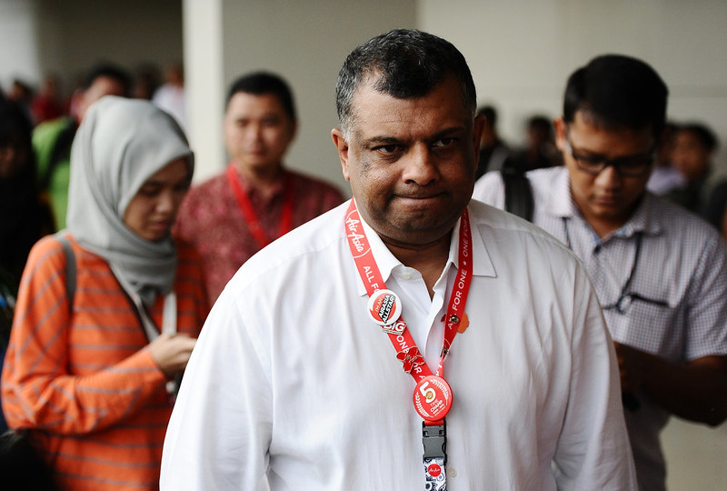 . Chief Executive Officer AirAsia Group Tony Fernandes (C) attends a press conference on search efforts for missing AirAsia flight QZ8501 at the crisis centre of Juanda International Airport Surabaya on December 29, 2014 in Surabaya, Indonesia. AirAsia announced that flight QZ8501 from Surabaya to Singapore, with 162 people on board, lost contact with air traffic control at 07:24 a.m. local time on December 28.  (Photo by Robertus Pudyanto/Getty Images)