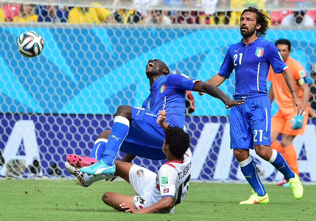 . Italy\'s forward Mario Balotelli (L) is fouled by Costa Rica\'s midfielder Yeltsin Tejeda (2nd L) during a Group D match between Italy and Costa Rica at the Pernambuco Arena in Recife during the 2014 FIFA World Cup on June 20, 2014.   GIUSEPPE CACACE/AFP/Getty Images
