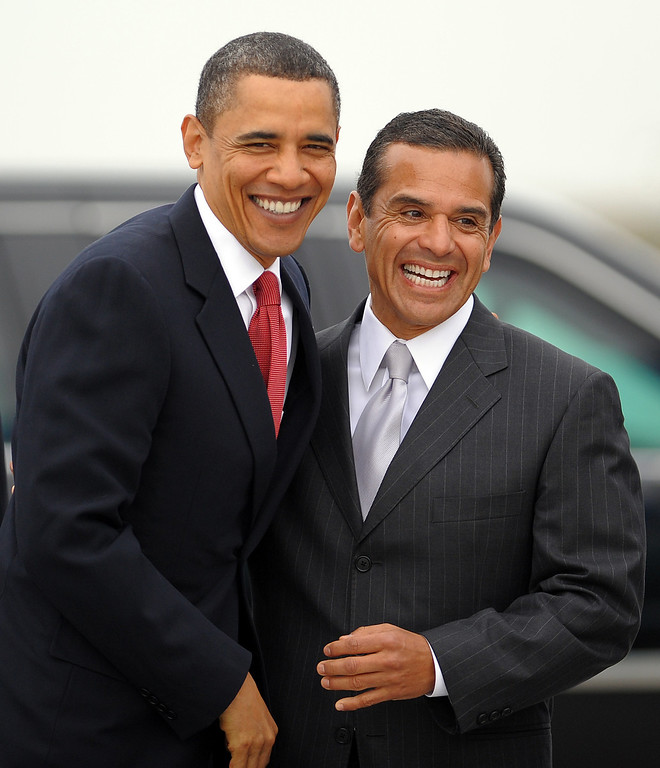 . US President Barack Obama is greeted by  Los Angeles Mayor Antonio Villaraigosa before boarding Air Force One at the Los Angeles International Airport in Los Angeles, California, on April 20, 2010 to return to Washington, DC.   (JEWEL SAMAD/AFP/Getty Images)