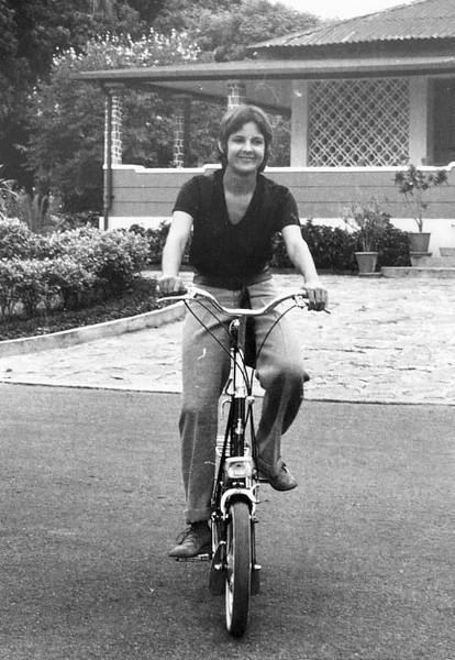 Teresa Cerejeira em frente a' casa do Dr. Santos David