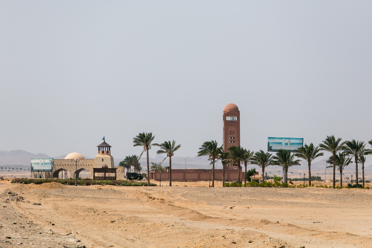 Egipt; Krajobraz; PrzezOknoAutobusu; Safari; pustynia; Specyficzna architektura resortów turystycznych