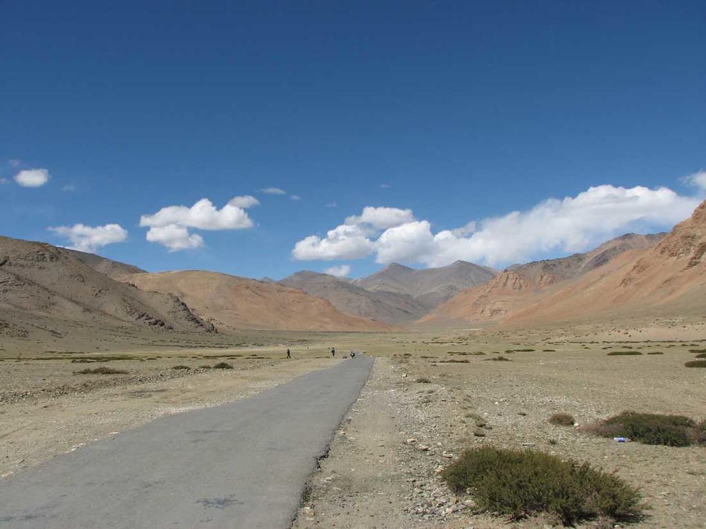 More Plains. Onmetelijke vlakte op 4000 meter hoogte. De laatste etappe naar Tanglang La op 5328 m boven zeeniveau