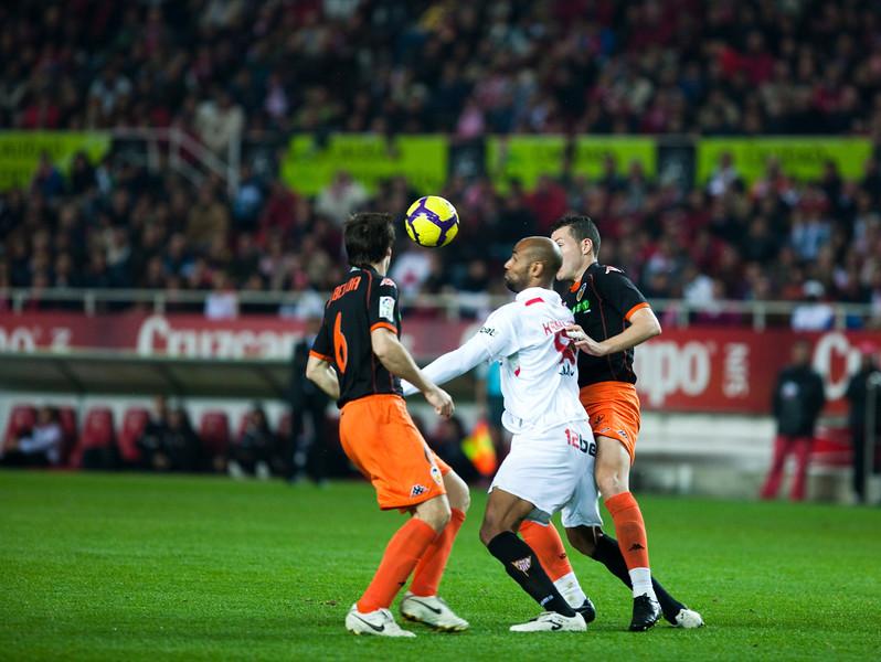 Kanoute fighting for the ball between Albelda (left) and David Navarro. Spanish Liga game between Sevilla FC and Valencia CF. Sanchez Pizjuan stadium, Seville, Spain, 31 January 2010