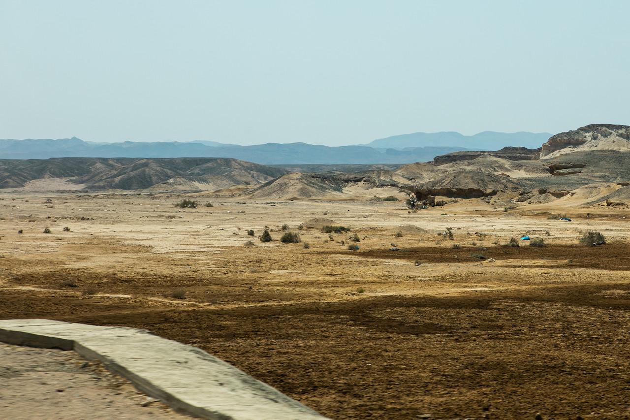 Egipt; Krajobraz; PrzezOknoAutobusu; Safari; pustynia; Wudok na pustynię