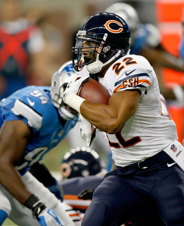 . DETROIT, MI - SEPTEMBER 29:  Matt Forte #22 of the Chicago Bears looks for room to run while playing the Detroit Lions at Ford Field on September 29, 2013 in Detroit, Michigan. (Photo by Gregory Shamus/Getty Images)