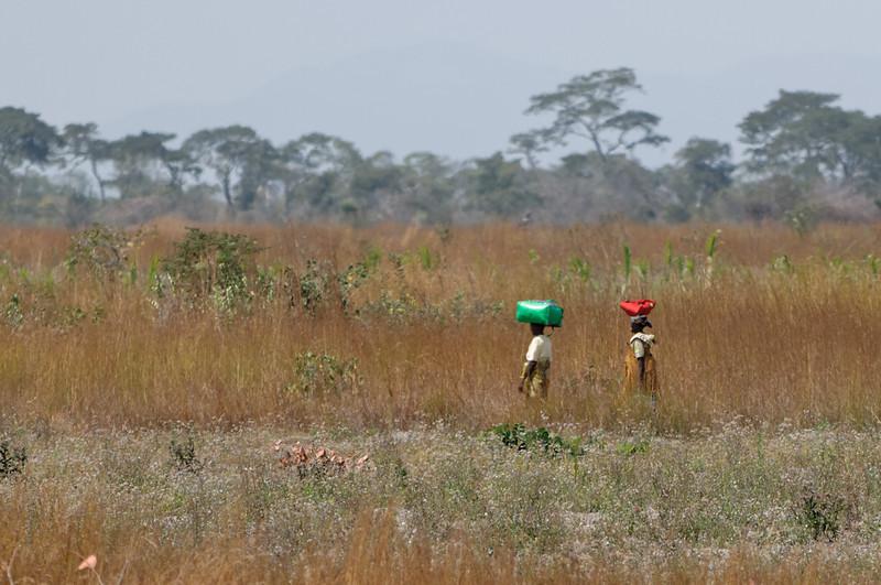 In Afrika transportieren vor allem die Frauen viel auf dem Kopf.