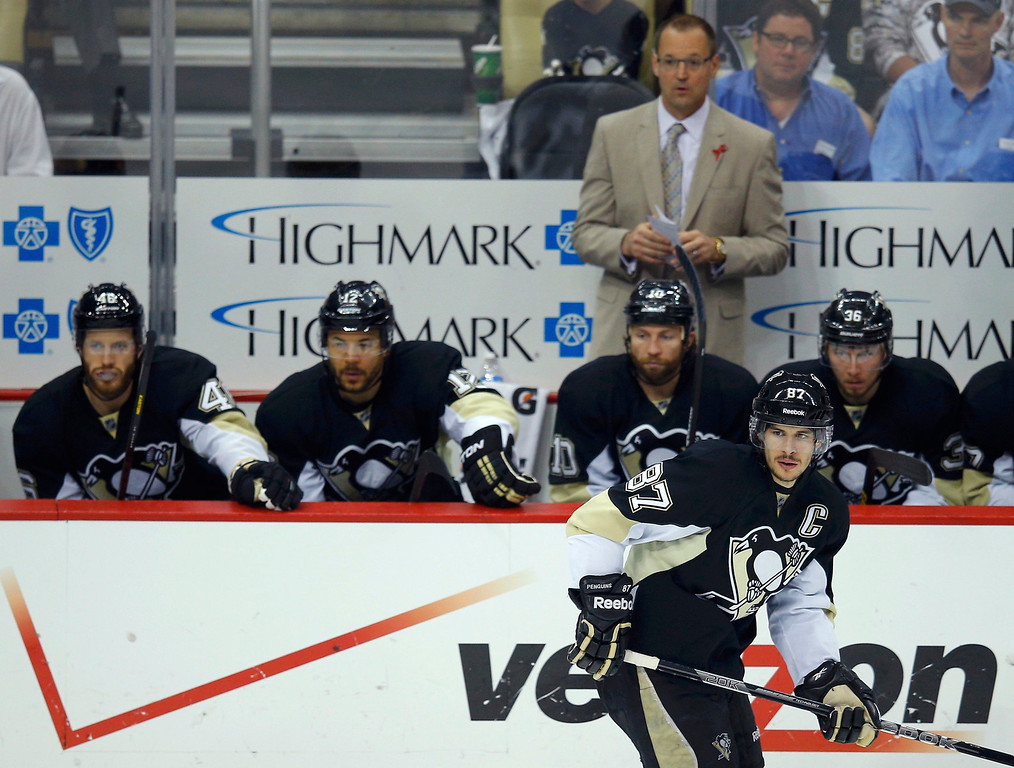. Pittsburgh Penguins head coach Dan Bylsma looks on from the bench as Penguins center Sidney Crosby (87) skates past in the third period against the Boston Bruins during Game 2 of their NHL Eastern Conference finals hockey playoff series in Pittsburgh, Pennsylvania, June 3, 2013. REUTERS/Brian Snyder
