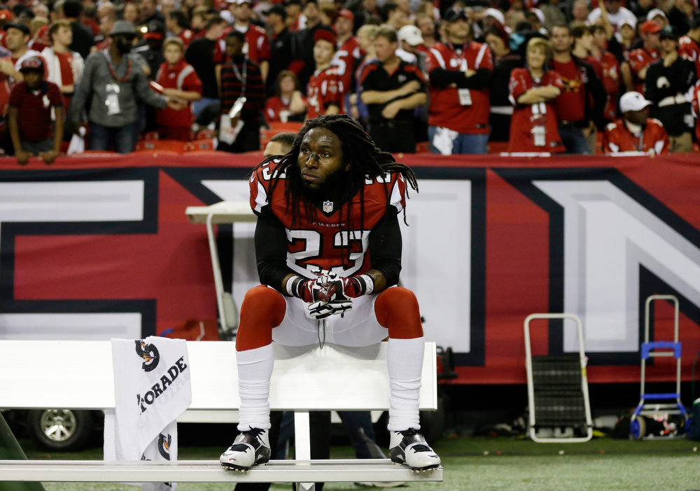 Description of . Atlanta Falcons\' Dunta Robinson sits on the team bench after being defeated by San Francisco 49ers in the NFL football NFC Championship game Sunday, Jan. 20, 2013, in Atlanta. The 49ers won 28-24 to advance to Superbowl XLVII. (AP Photo/David Goldman)