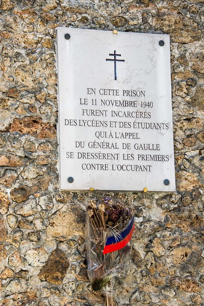 Memorial on the wall of the infamous La Santé prison