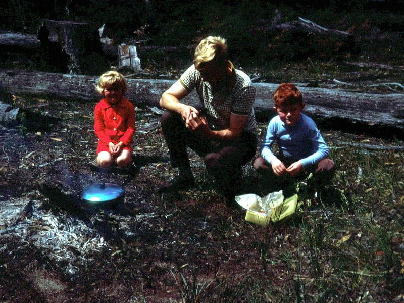 1969-10-19 (13) Susan 4 yrs 3 mths, David 5 yrs 10 mths. Camping.jpg