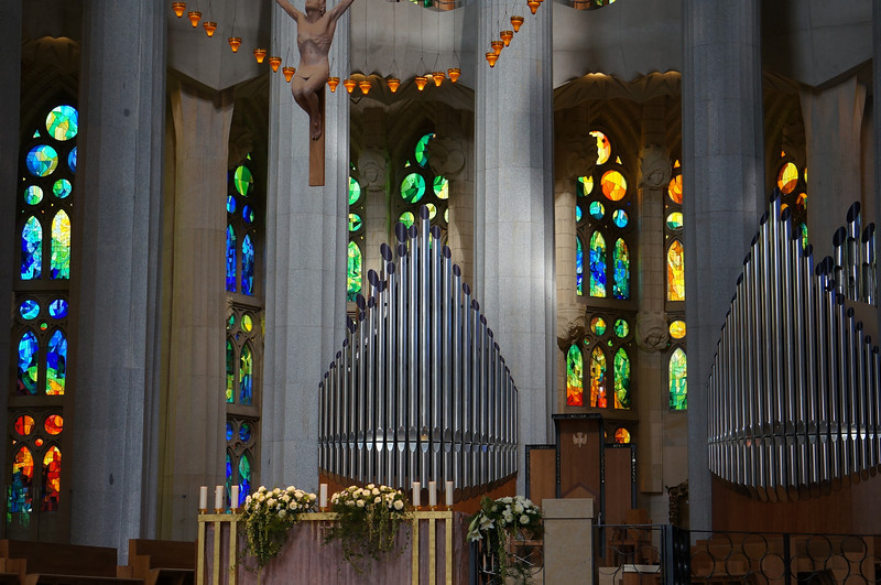 The altar, pulpit, and pipe organs of La Sagrada Família.