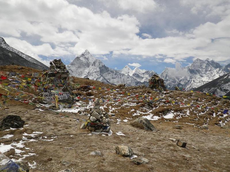 Thokla Pass (15,846ft = 4.830m) and Scott Fischer (... - 1996) memorial.