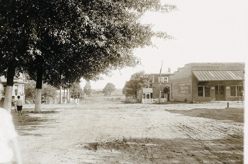 Facing south looking at the Intersection of 2nd and Main. The building on the right is Planters Bank and Trust Company founded by Charles Brooks Thomas and Clarence C. Pritchett in 1914.