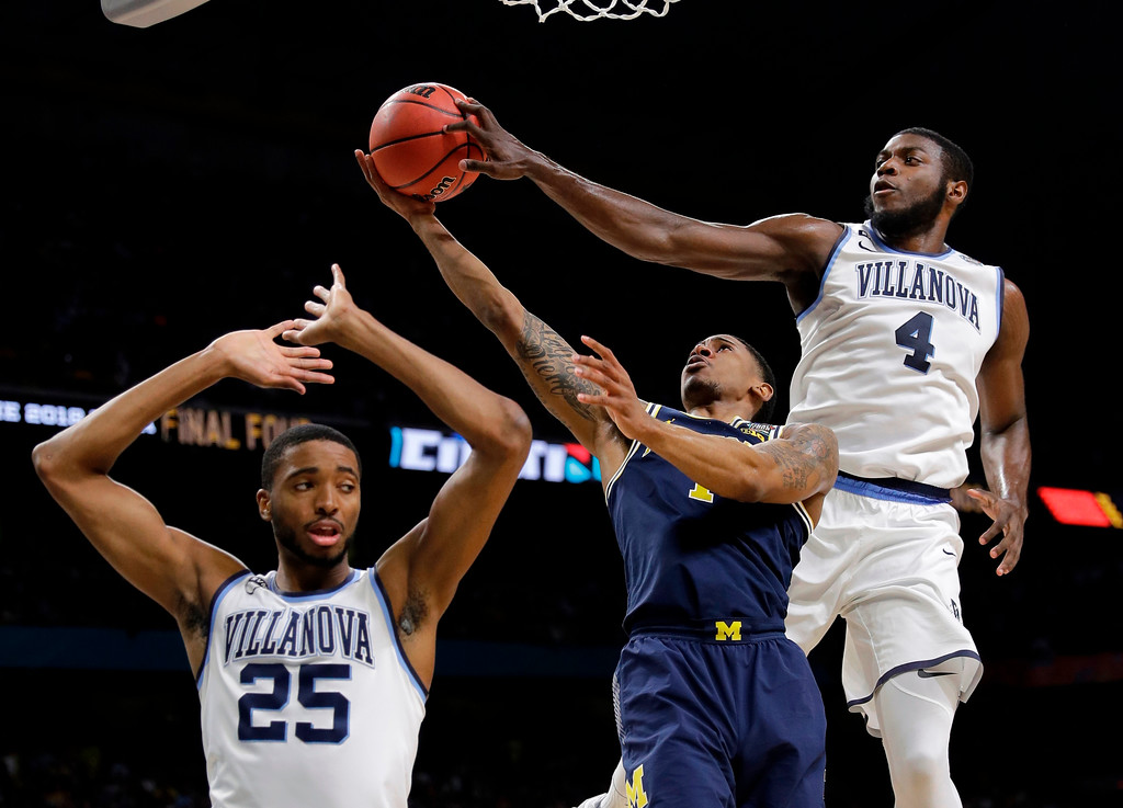 . Villanova\'s Eric Paschall (4) blocks a shot byMichigan\'s Charles Matthews as Villanova\'s Mikal Bridges (25) defends during the first half in the championship game of the Final Four NCAA college basketball tournament, Monday, April 2, 2018, in San Antonio. (AP Photo/David J. Phillip)