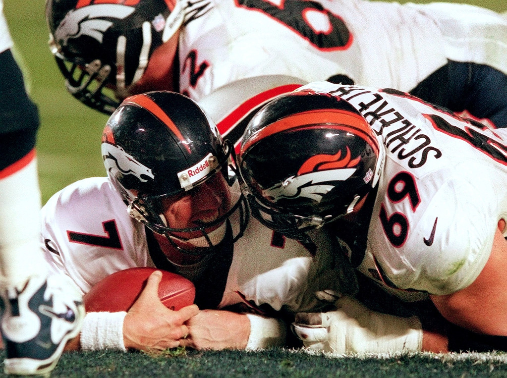 . Denver Broncos John Elway laughs with teamate  Mark Schlereth after Elway scored his 4th quarter touchdown in  Super Bowl XXXIII at Pro Player Stadium. (Karl Gehring/The Denver Post)