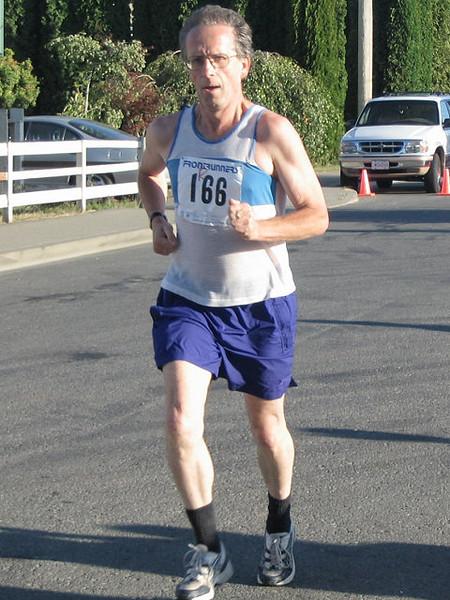 2005 Run Cowichan 10K - Arturo Huerta warms up