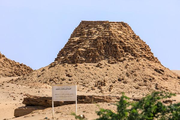 Nuri 2 Amaniastabarqa (vorn), Nu 5 Malonaqen (Hintergrund), Nuri, Sudan