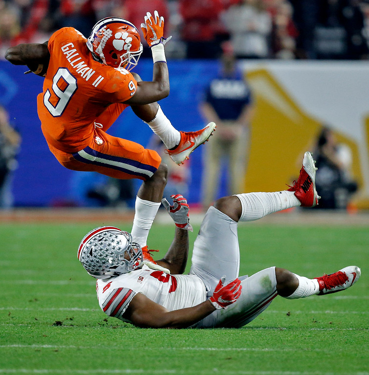. Clemson running back Wayne Gallman (9) escapes the tackle of Ohio State linebacker Raekwon McMillan (5)during the first half of the Fiesta Bowl NCAA college football playoff semifinal, Saturday, Dec. 31, 2016, in Glendale, Ariz. (AP Photo/Ross D. Franklin)