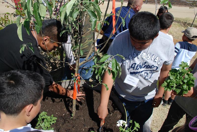 EarthDayLatino_FloraPlanting_2011--04-15_37.JPG