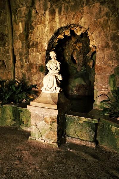 """Opět jedna z mnoha fontánek, ukrytá v jakési """"polojeskyni"""" pod Torre da Regaleira - místo anglicky označované jako Leda's Cave"""