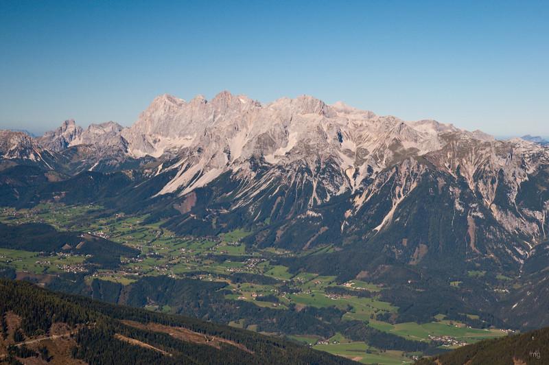 Herrliche Rundum-Aussicht am Gipfel - z.B. Dachstein (leider sind am Vorabend zwei Kletterer in der Dachstein-Südwand verunglückt)
