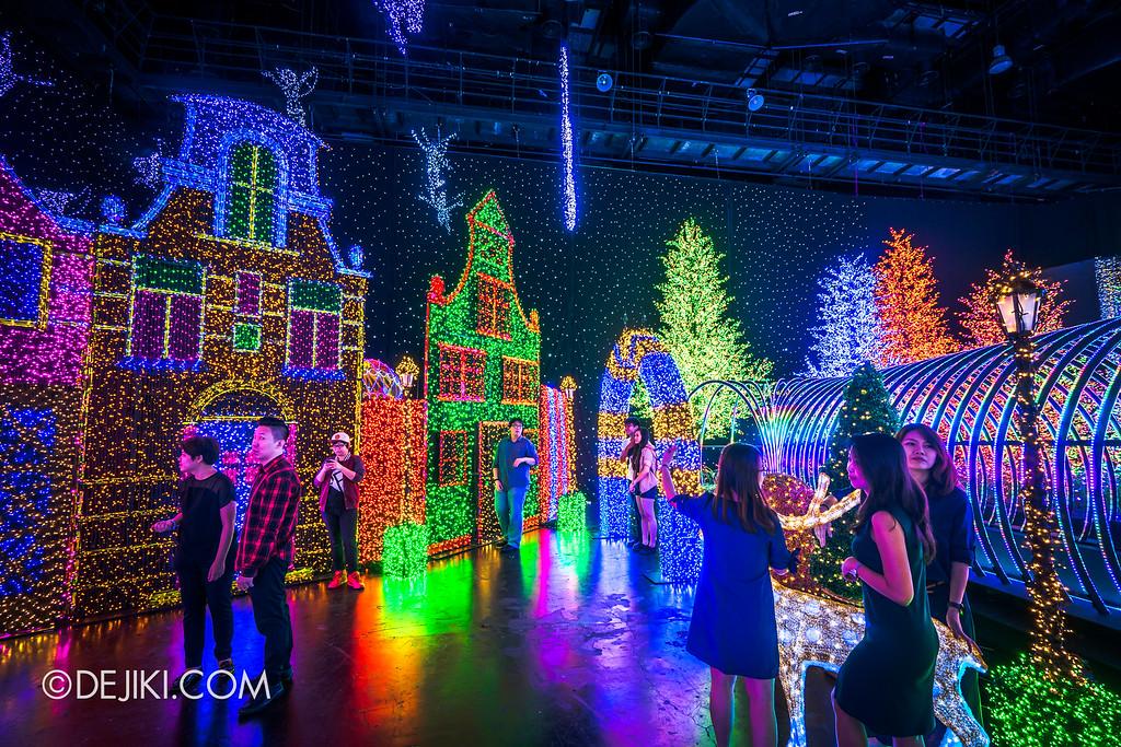 Universal Studios Singapore - Santa's All-Star Christmas 2016 / The Universal Journey - Herald's Square 3 back
