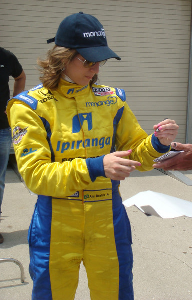 Ana Beatriz signs autographs for fans.  This image is released under the Creative Commons Attribution-Share Alike 3.0 Unported License.