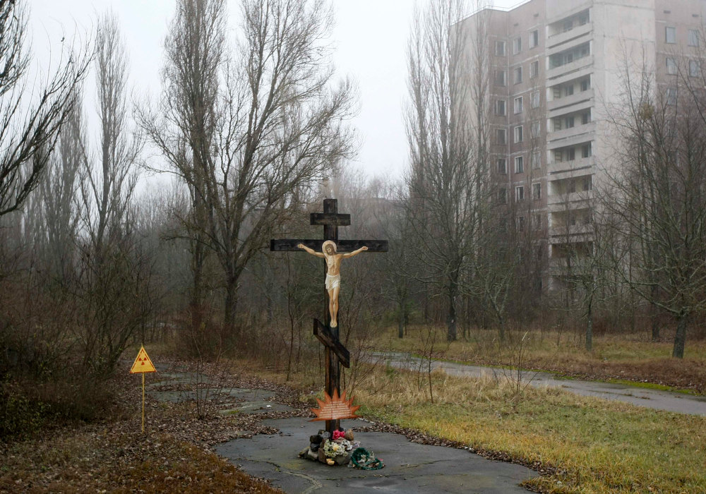 . A cross with a crucifix is seen in the deserted Ukrainian town of Pripyat November 27, 2012. The town\'s population was evacuated following the  disaster at the nearby Chernobyl nuclear reactor in 1986.  REUTERS/Anatolii Stepanov
