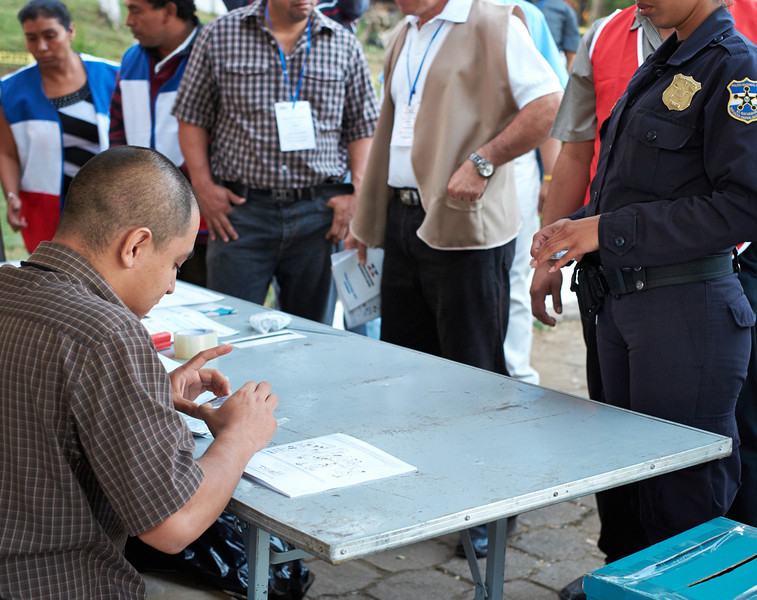 Election day in Santa Ana: <br /> An election official checks the DUI (identity card) of the first police officer to vote.