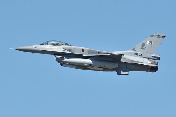 Pakastani F-16 Falcons