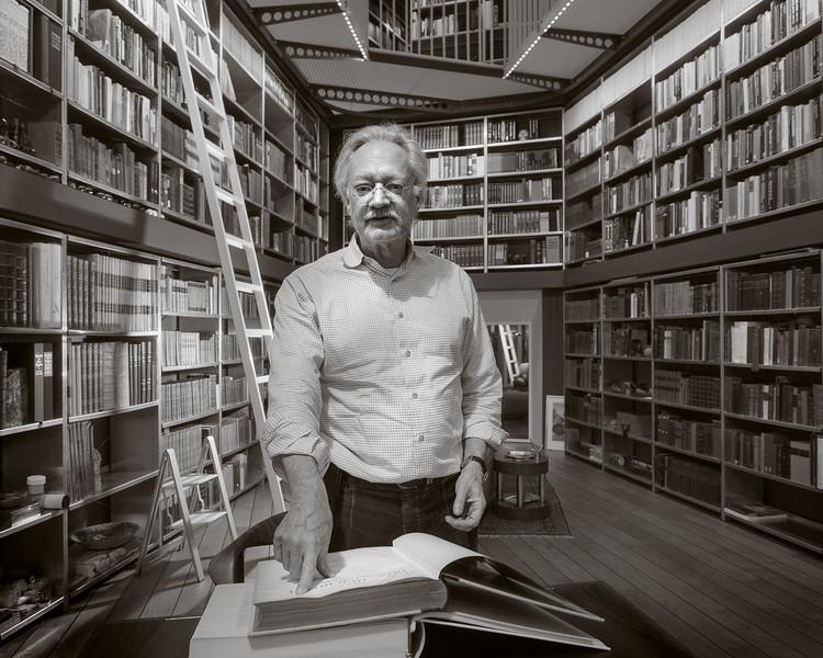 Herr Professor in seiner Bibliotheke.jpg