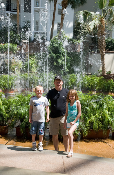 We stopped by the Opryland Hotel in Nashville, Tennessee for a short afternoon visit. (Image taken with Canon EOS 20D at ISO 400, f11.0, 1/125 sec and 33mm)
