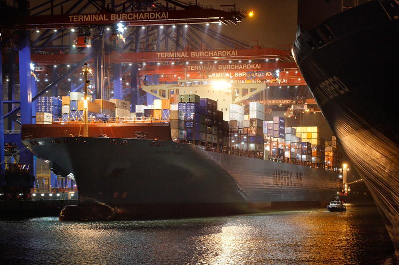Containerschiff am Burchardkai in der Nacht mit Wasserschutzpolizei Hamburg