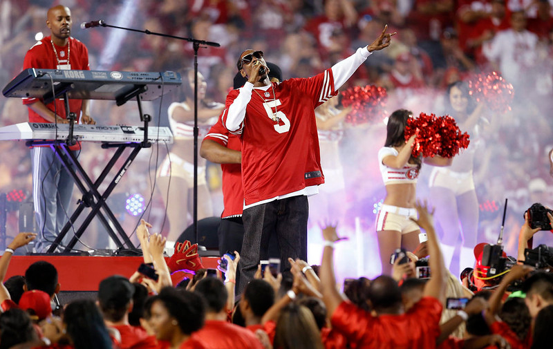 . Rapper Snoop Dogg performs during halftime of an NFL football game between the San Francisco 49ers and the Chicago Bears in Santa Clara, Calif., Sunday, Sept. 14, 2014. (AP Photo/Tony Avelar)