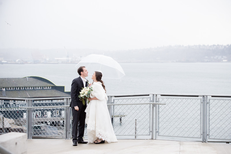 Pike-Place-Market-seattle-downtown-Seattle-winter-wedding-photos-carolharrold-photography.com-1.jpg