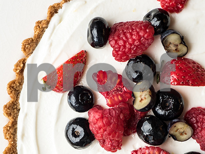 recipe-for-a-healthy-summer-tart-berry-tart-with-honeyyogurt-filling