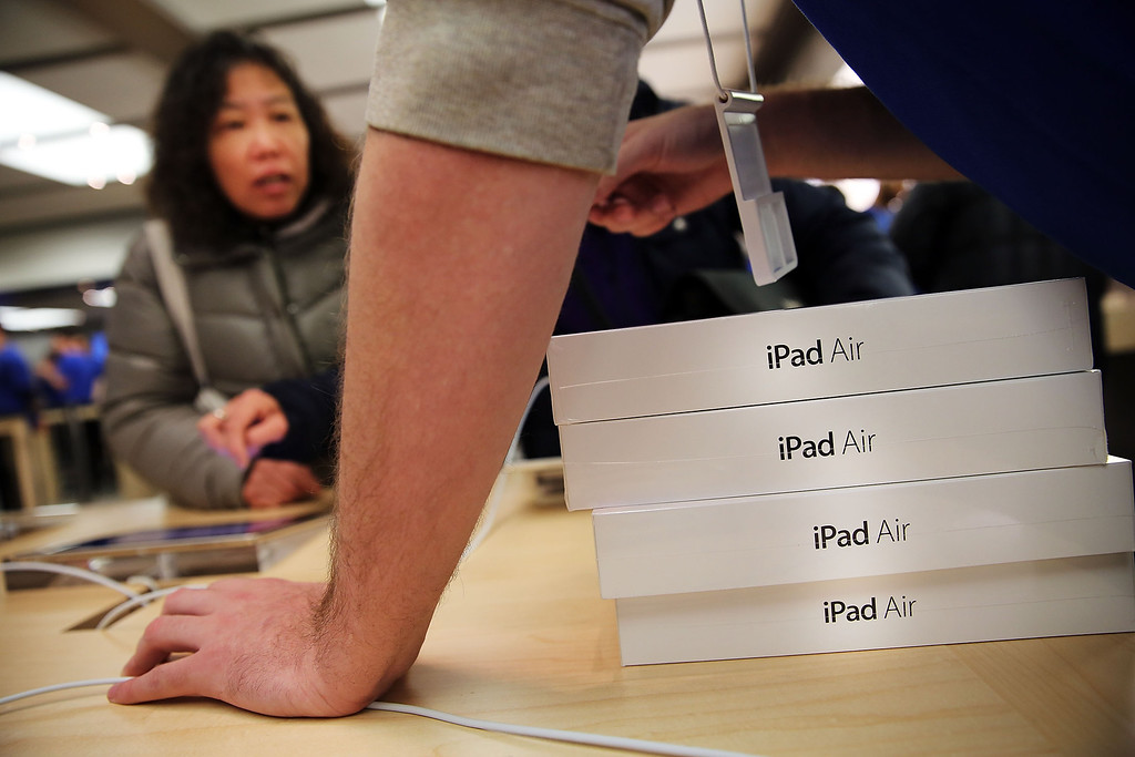 . Apple employees sell the new iPad Air at the Apple Store on November 1, 2013 in New York City.   (Photo by Spencer Platt/Getty Images)