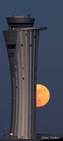 ירח מימין קרופ אורך.jpg